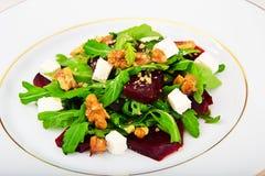 Салат Arugula, кипеть свеклы, сыр и грецкие орехи Стоковое Изображение RF
