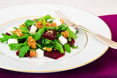 Салат Arugula, кипеть свеклы, сыр и грецкие орехи Стоковое Фото