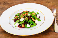 Салат Arugula, кипеть свеклы, сыр и грецкие орехи Стоковые Изображения