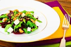 Салат Arugula, кипеть свеклы, сыр и грецкие орехи Стоковые Фото