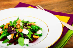 Салат Arugula, кипеть свеклы, сыр и грецкие орехи Стоковые Фотографии RF