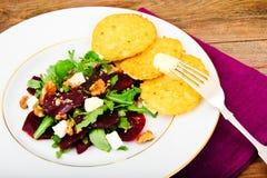 Салат Arugula, кипеть свеклы, сыр и грецкие орехи Стоковое Изображение
