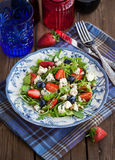 Салат Arugula, клубники, голубики и голубого сыра Стоковые Изображения