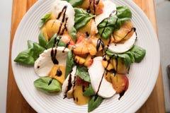 Салат Caprese персика Стоковая Фотография RF