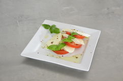 Салат Caprese с томатами, базиликом и моццареллой на таблице нержавеющей стали Стоковые Изображения