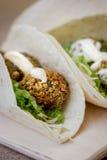 Салат Falafel над хлебом tortilla Стоковые Фотографии RF