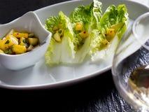 Салат Romaine с vinaigrette мангоа яблока Стоковые Фотографии RF