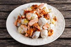 Салат Salmon и молодой картошки теплый с lemony шлихтой югурта Стоковые Изображения RF