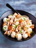 Салат Salmon и молодой картошки теплый с lemony шлихтой югурта Стоковое Изображение
