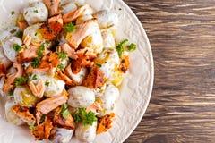 Салат Salmon и молодой картошки теплый с lemony шлихтой югурта Стоковое Фото