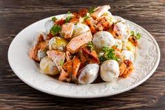 Салат Salmon и молодой картошки теплый с lemony шлихтой югурта Стоковое Изображение RF