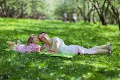 Сад девушки и женщины весной Стоковая Фотография RF
