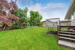 Сад задворк пустой деревянной палубы выхода обозревая Стоковые Фото