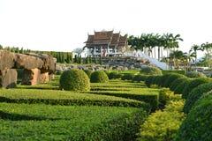 Сад и историческое здание Стоковое Изображение