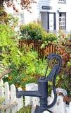 Сад коттеджа водяной помпы Стоковая Фотография