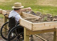 Садовник кресло-коляскы стоковая фотография rf