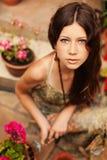 Садовник маленькой девочки при длинные коричневые волосы держа садовый инструмент стоковые изображения rf