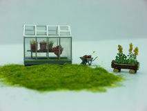 Садовничать: Миниатюрные парник, стенд и тачка Стоковое фото RF