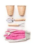 Садовничающ или засаживающ концепцию с садовыми инструментами, засаживающ баки торфа и розовые перчатки на белой предпосылке, взг Стоковая Фотография RF