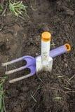 Садовые инструменты пакостные на том основании Стоковое Изображение