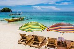 Салоны Солнця с зонтиками на Ilig Iligan приставают к берегу, остров Boracay, Филиппины Стоковое Изображение