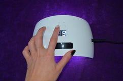 Салон геля ногтя УЛЬТРАФИОЛЕТОВАЯ лампа с таймером Стоковая Фотография RF