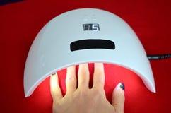Салон геля ногтя Ультрафиолетовая лампа Стоковая Фотография RF