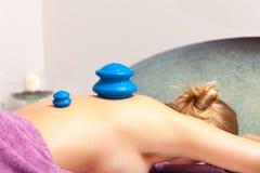 Салон. Женщина получая массаж вакуума курорта придавая форму чашки Стоковое фото RF