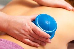 Салон. Женщина получая массаж вакуума курорта придавая форму чашки Стоковое Фото
