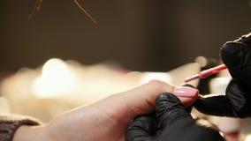 Салон красоты - ногти делать розовая косметика для женских пальцев, конец геля вверх сток-видео
