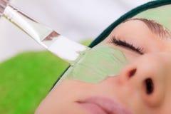 Салон красоты. Cosmetician прикладывая лицевую маску стоковое изображение rf