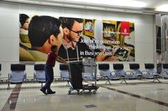 Салон отклонения международного аэропорта Дубай с уборщиком на тихом моменте стоковое изображение