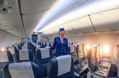 Салон Stewardess и пассажира внутри Боинга 737-800 Россия, Санкт-Петербург, ноябрь 2016 Стоковое Изображение