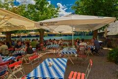 Сад пива деревни Konigsee баварский Стоковые Изображения RF