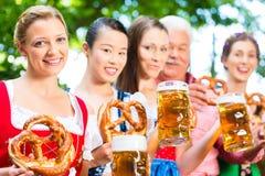 Сад пива - друзья выпивая в пабе Баварии Стоковое Фото