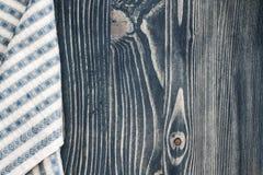 Салфетка и голубая деревянная предпосылка Стоковое Изображение RF