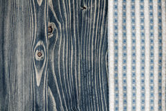 Салфетка и голубая деревянная предпосылка Стоковые Фотографии RF