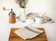 Салфетка на деревянных плитах для завтрака Стоковые Изображения RF