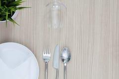 Салфетка столового прибора плиты сервировки стола сверху элегантная пустая и Стоковая Фотография
