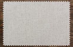 Салфетка холста края ткани таблицы сорванная деревянная Стоковая Фотография