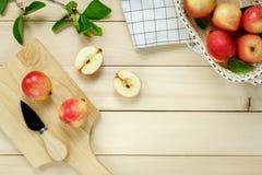Салфетка яблока взгляд сверху красная, нож, корзина на деревянном Стоковые Фотографии RF
