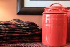 Салфетки и красные баки Стоковое Изображение