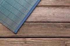 Салфетки для таблицы на предпосылке старых доск Стоковые Фотографии RF