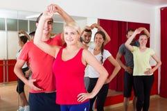 Сальса танцев группы людей в студии Стоковая Фотография RF
