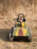 Салют мальчика в модели танка стоковые изображения rf