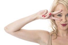 Салют счастливой молодой женщины шаловливый Стоковое Фото