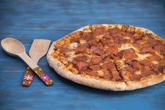 Салями и сыр пиццы на таблице Стоковая Фотография RF