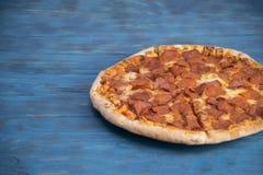 Салями и сыр пиццы на таблице Стоковое фото RF