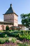 Сад Apothecary и башня парадного входа монастыря спасителя St Euthymius, России, Suzdal Стоковые Изображения RF