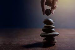 Сбалансируйте концепцию жизни и работать присутствующий вручную устанавливать стоковое фото rf